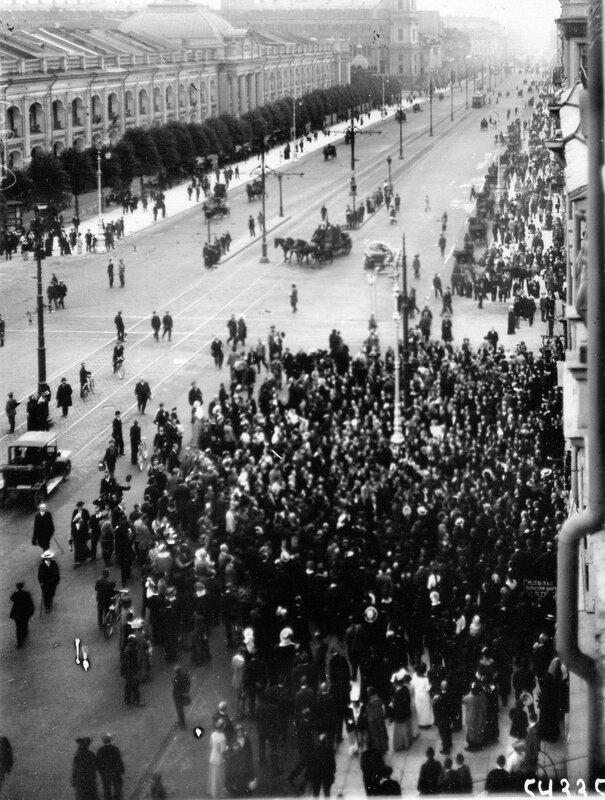Толпа народа у редакции газеты «Новое время» (Невский, 40) в день чтения манифеста об объявлении войны.