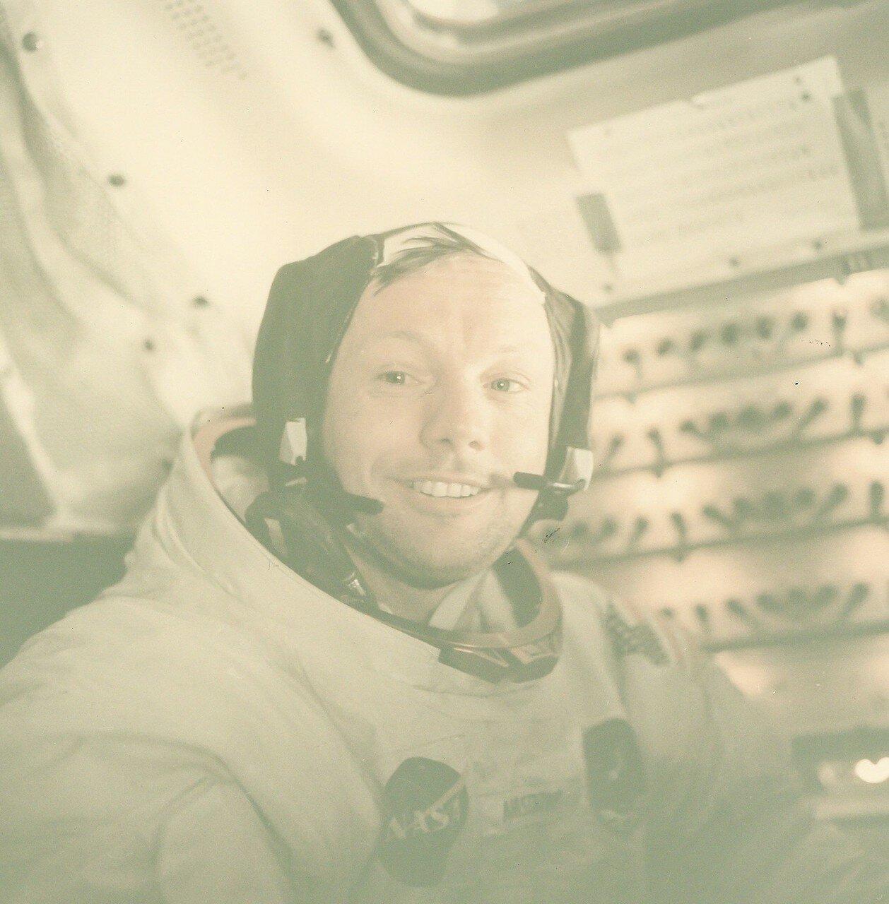 Ответив на ряд вопросов специалистов на Земле, Армстронг и Олдрин прибрались в кабине и стали укладываться спать. На снимке: Портрет Нила Армстронга после его исторической прогулки по Луне