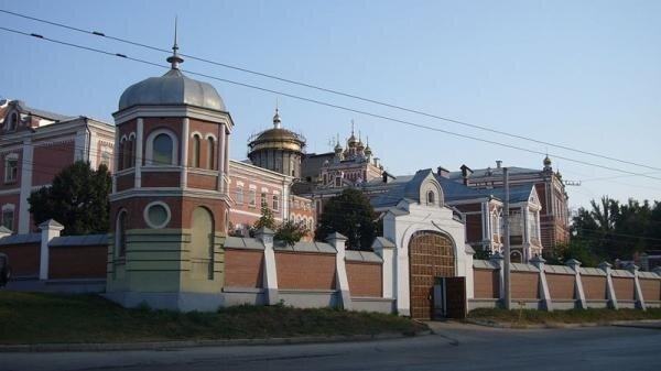 Иверский женский монастырь красно-белой постройки будет также интересно посетить