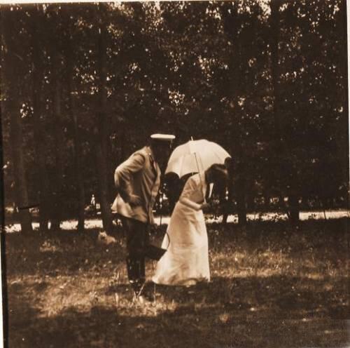 Княгиня Зинаида Николаевна Юсупова с гостем на прогулке в