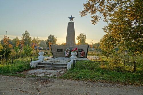 Памятник погибшим землякам в Ляхово, Московская обл.
