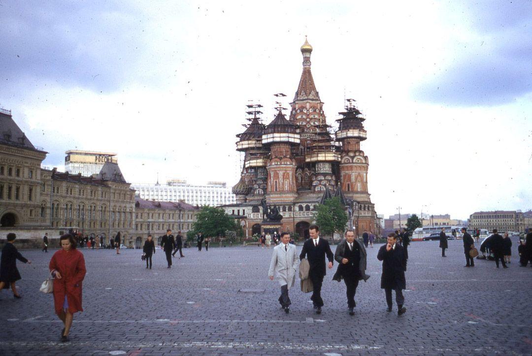4. Гостиница Москва. Обратите внимание на количество прохожих и автомашин.