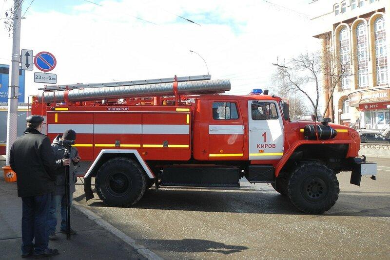 Пожарная спецтехника на ул. К.Маркса перед горадминистрацией в Кирове накануне автопробега 25 апреля 2014 г.