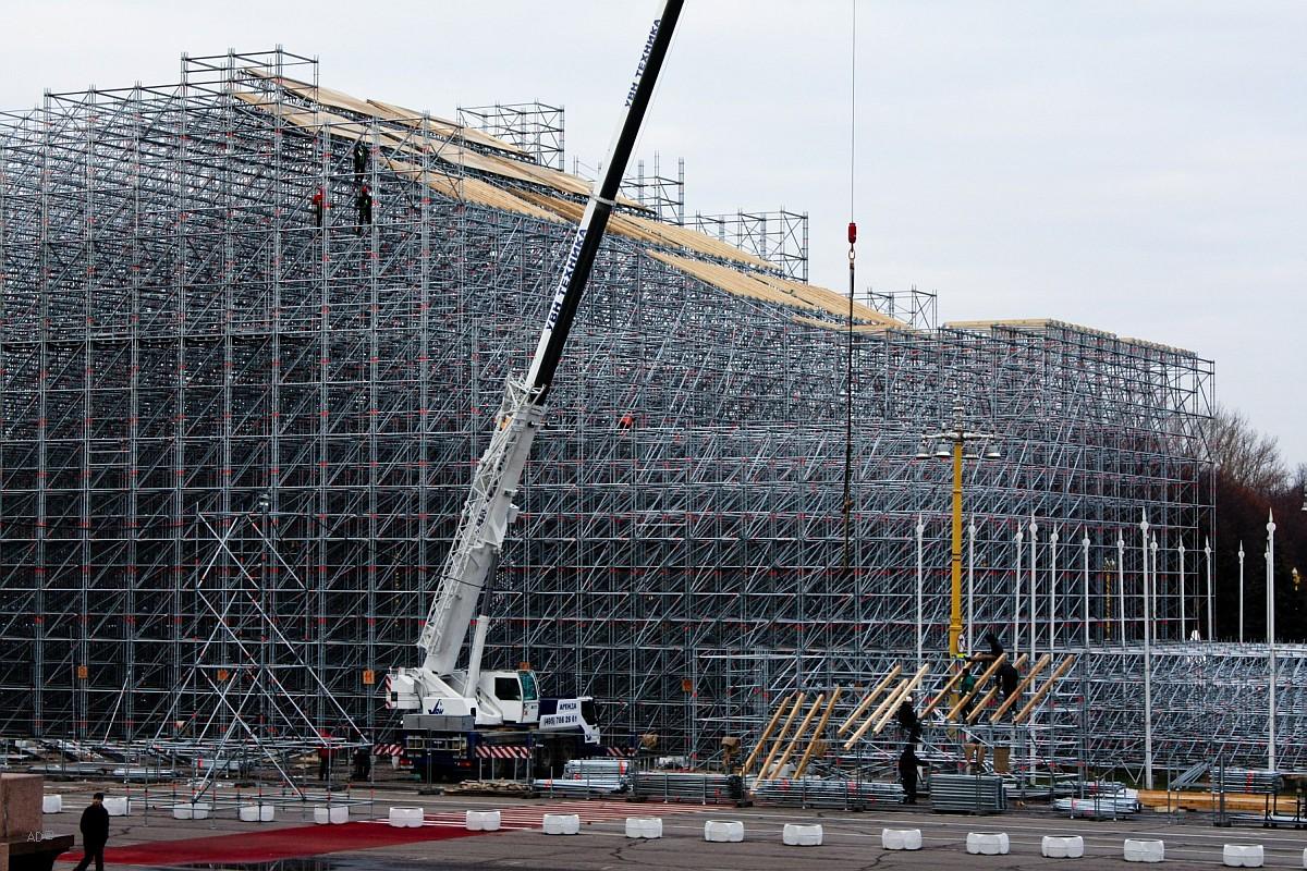 Сооружение гигантского трамплина высотой 46 м (ширина - 20 м, длина - почти 175 м) для параллельного слалома