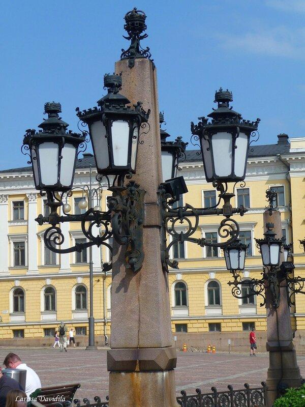 Фонари около памятника Александру II.