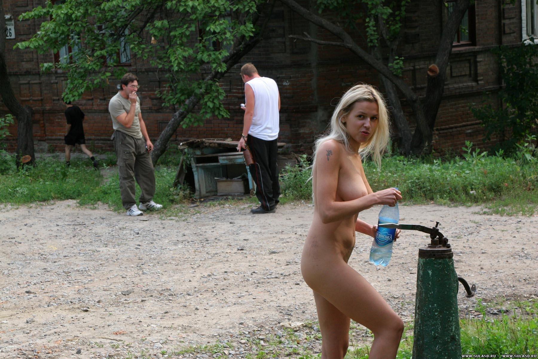 Ролики, секс на улице в деревне