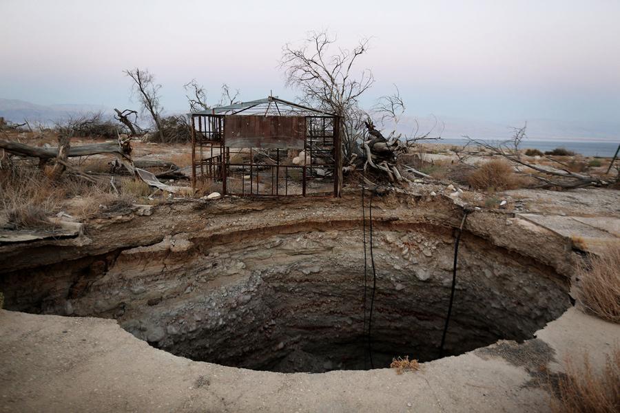 Израильтяне купаются в горячем источнике на побережье Мёртвого моря недалеко от кибуца Эйн-Геди, 10
