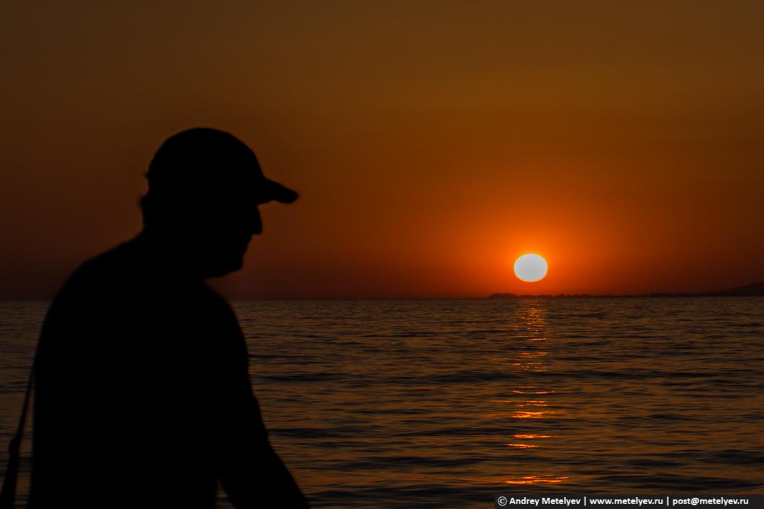 На закате по берегу моря иду домой