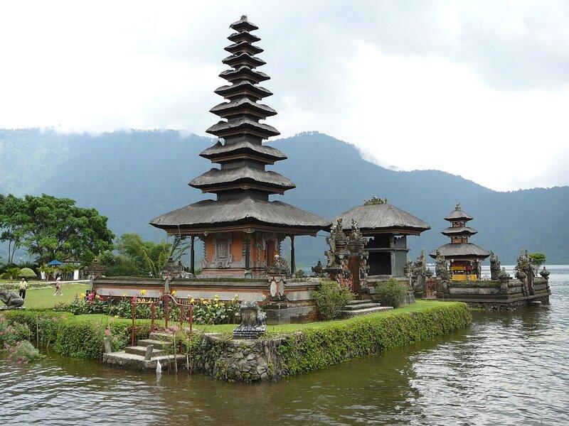 Соломенные башни храма Pura Ulun Danu на озере Bratan в окрестностях Бедугула (северный Бали)