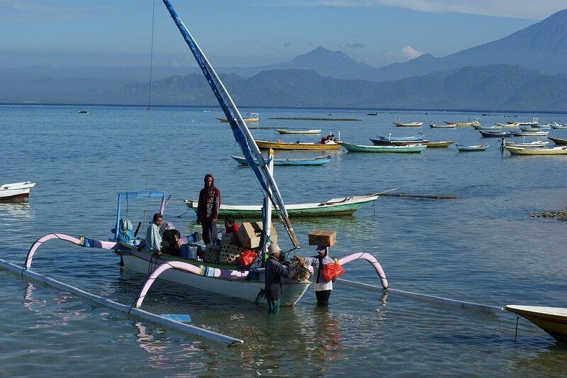 Доставка товаров народного потребления на удаленные островные (Лембонган) территории в Индийском океане с непременной разгрузкой на выносливые женские головы