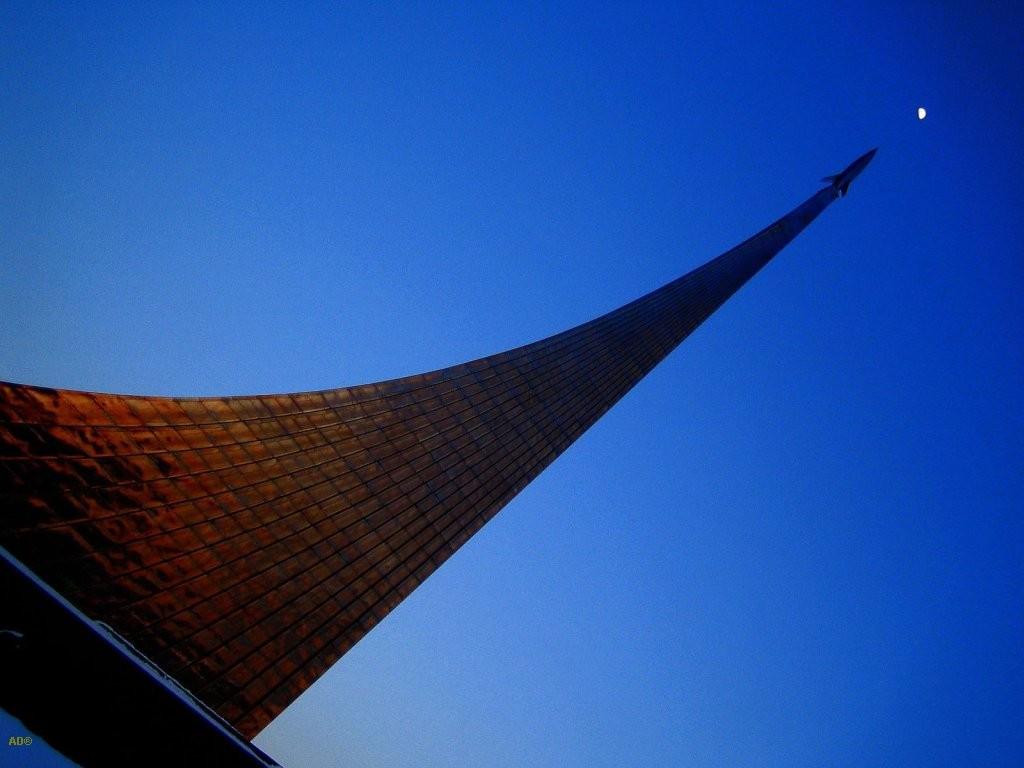 Обелиск «Покорителям космоса» — стартующая ракета со «шлейфом»