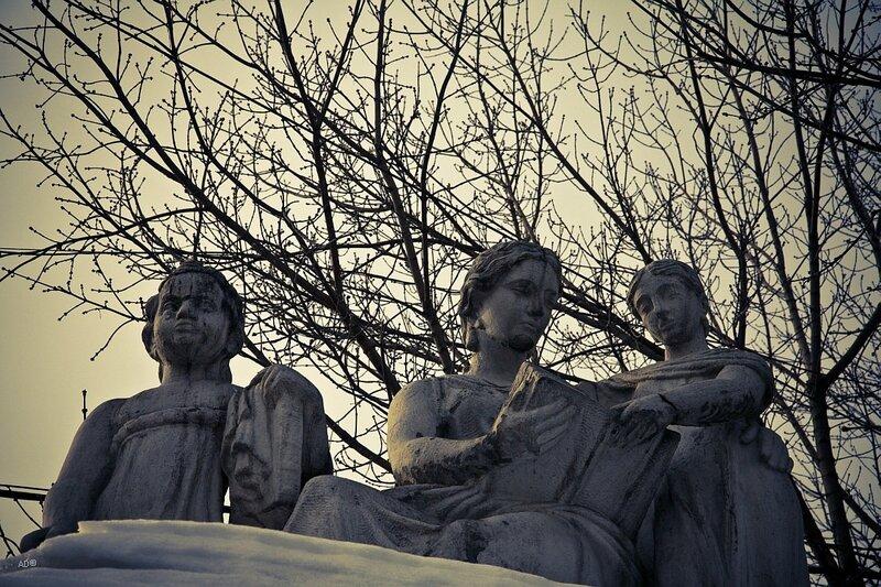 Белокаменная аллегорическая скульптура «Воспитание» на пилоне ворот Воспитательного дома