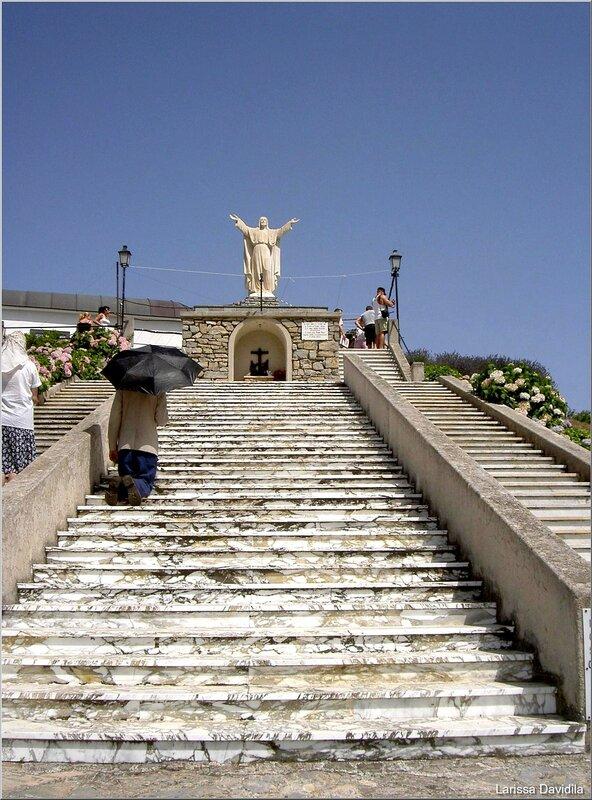 На коленях к месту явления Пресвятой Девы Марии.