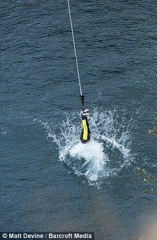 72 летний британец совершил рекордный прыжок с тарзанки