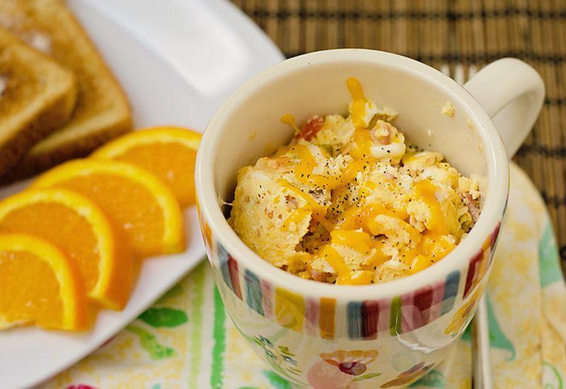 2. Двухминутный омлет с ветчиной Вам понадобятся: яйцо — 2-3 шт. любое мясо (ветчина, курица или инд