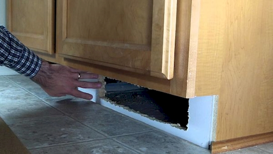 Вырежьте дыру под шкафчиком под раковиной в кухне, чтобы оборудовать самый хитрый тайник. Убедит