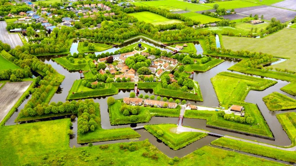 Крепость Буртанж, или «Звездная крепость», находится вНидерландах. Еепостроили впериод Восьмидеся