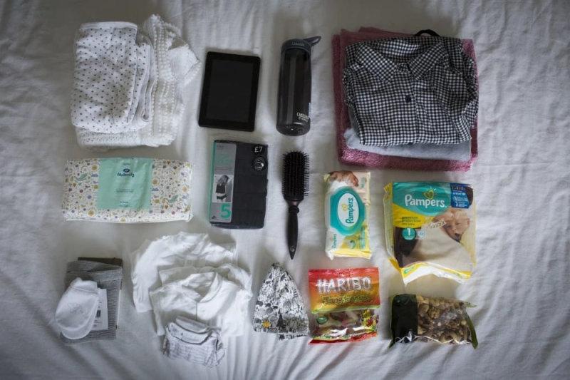 В него входит:подгузники, детская одежда, немного вкусной еды,туалетные принадлежности, миости