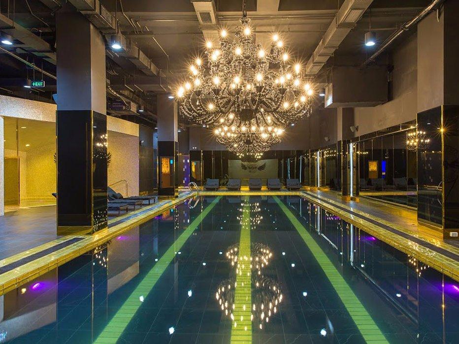 Клиенты могут получить бесплатный массаж у роскошного бассейна.