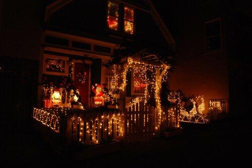 Рождественская (новогодняя) подсветка дома.
