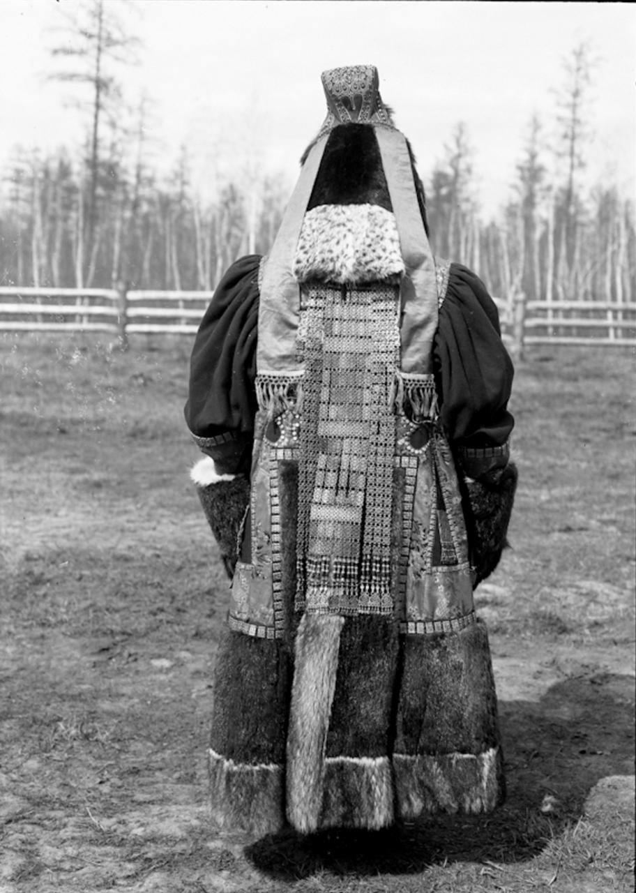 Богатая якутка в дорогой одежде, 1902