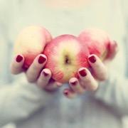 Яблоки в руках