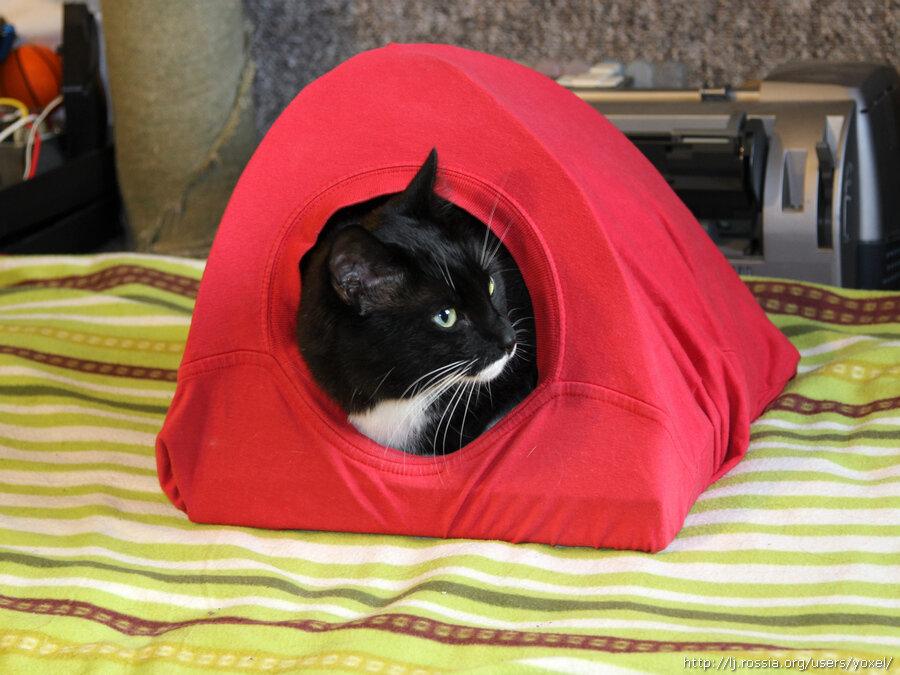 Домик для кошки из футболки.