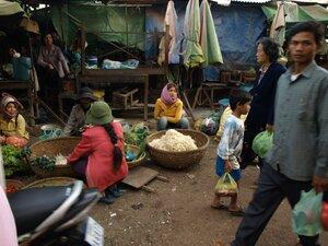 Камбоджийцы начинают день рано - с рассветом (это в шесть утра). А солнце буквально падает за горизонт в шесть вечера.