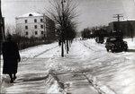 Улица Гагарина, начало. Справа школа, слева дом №3 и садовые участки, снесенные в начале 90-х.