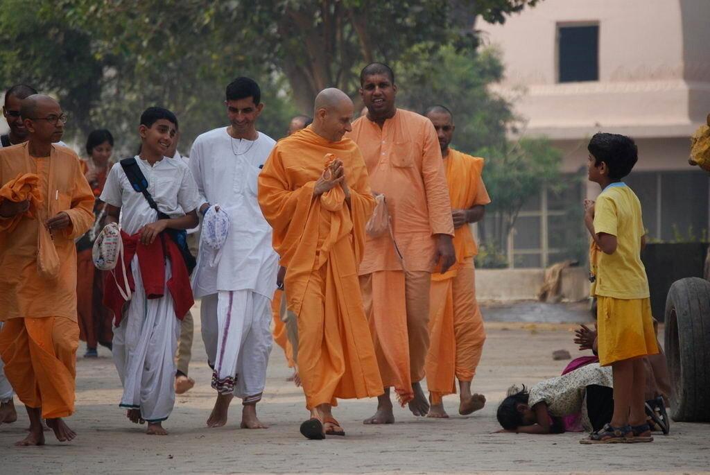 Святые личности во главе с Махараджем Его Святейшеством Шрилой Радханатхой Свами