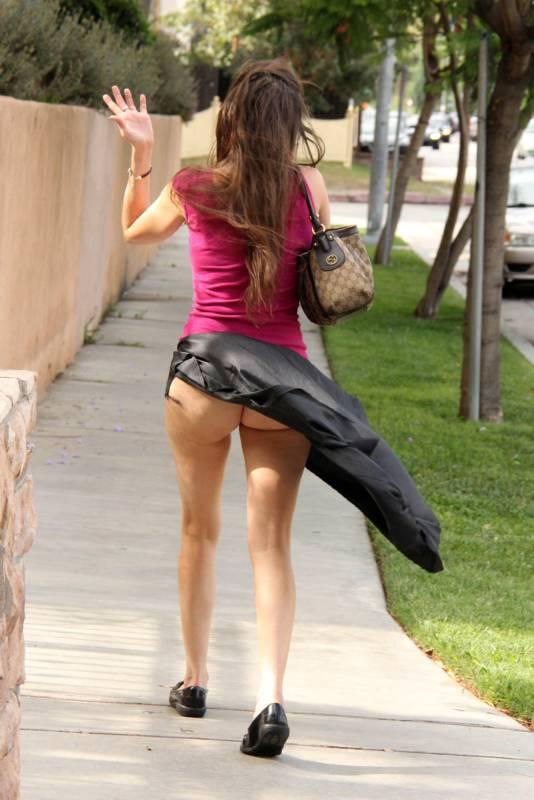 Подняли юбку на улице фото 383-612