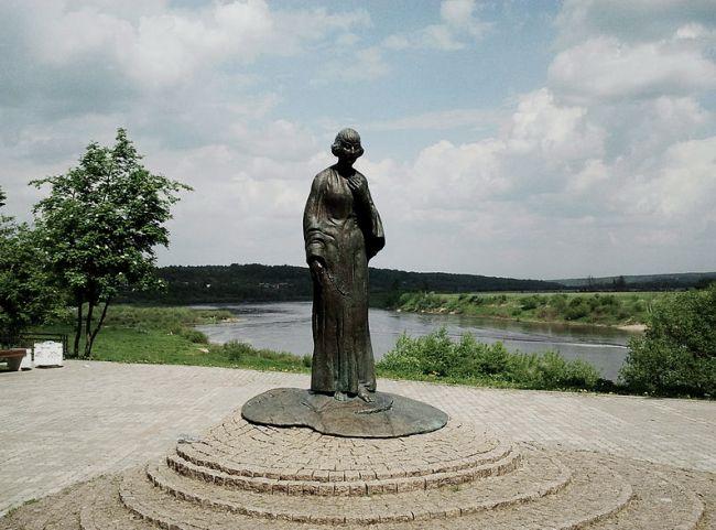 Памятник Марине Цветаевой в Тарусе.jpg
