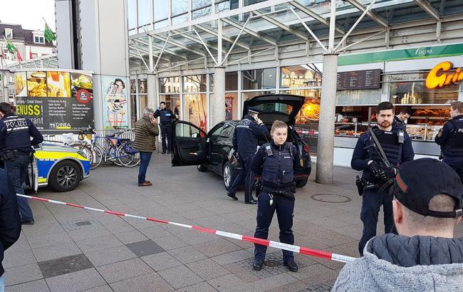 Автомобиль вГермании въехал втолпу пешеходов
