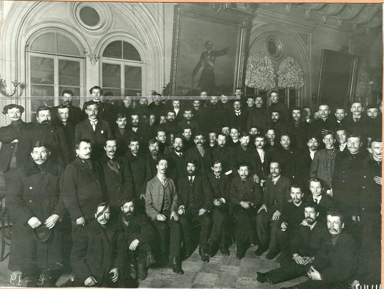 Группа выборщиков рабочей курии в день выборов во Вторую Государственную думу в зале Городской думы