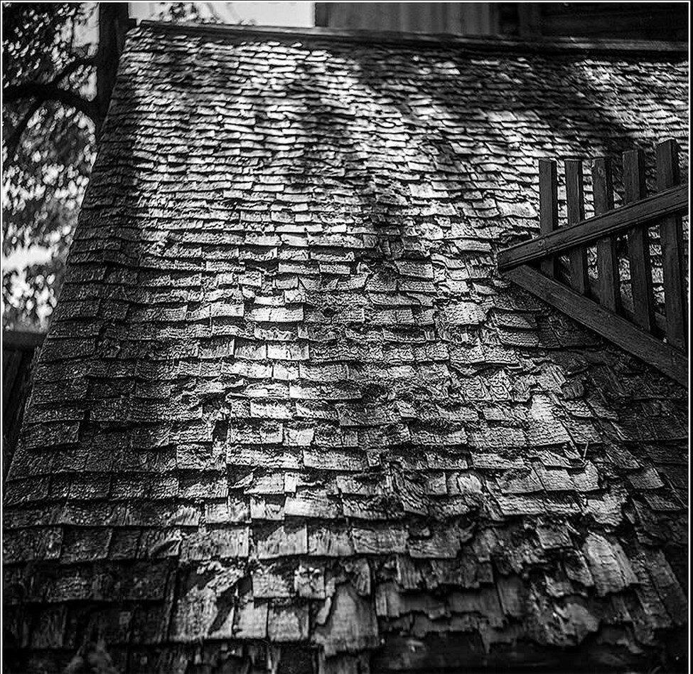 Фрагмент драночной крыши дома