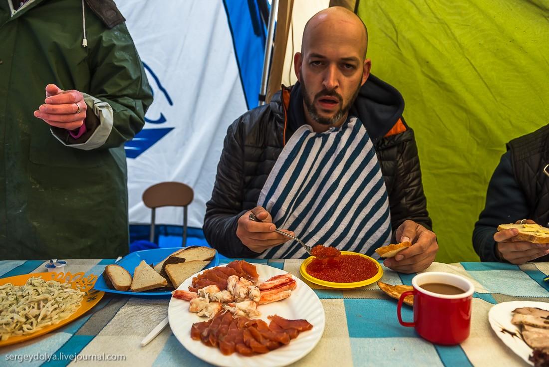 38. Завтрак магаданского туриста: икра, кальмары, крабы.