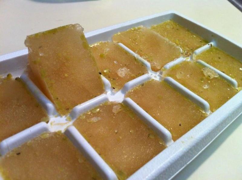 14. Замораживайте бульон Приготовьте бульон и заморозьте его в формочках для льда в виде кубиков. До