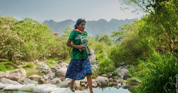 Мексиканка выиграла забег на 50 километров в сандалиях и юбке