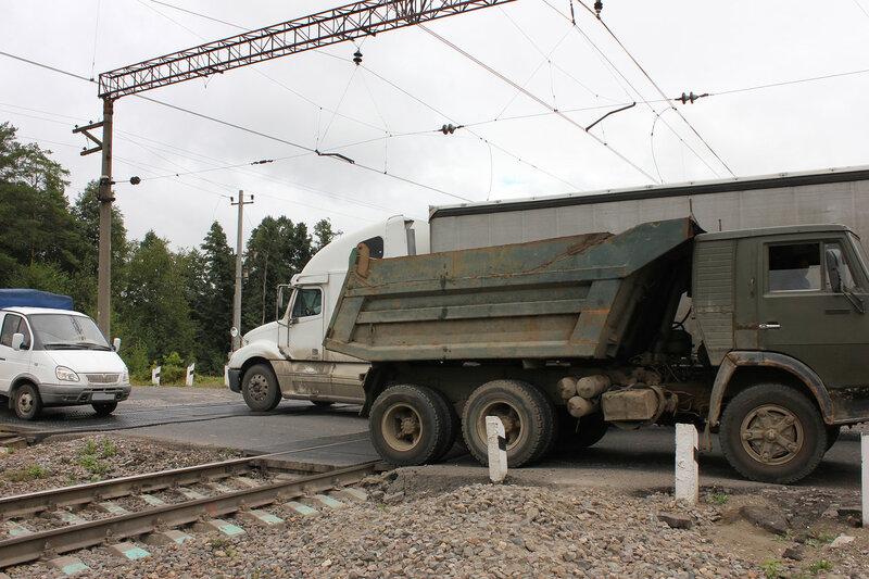 Грузовые машины на переезде в Лопатино