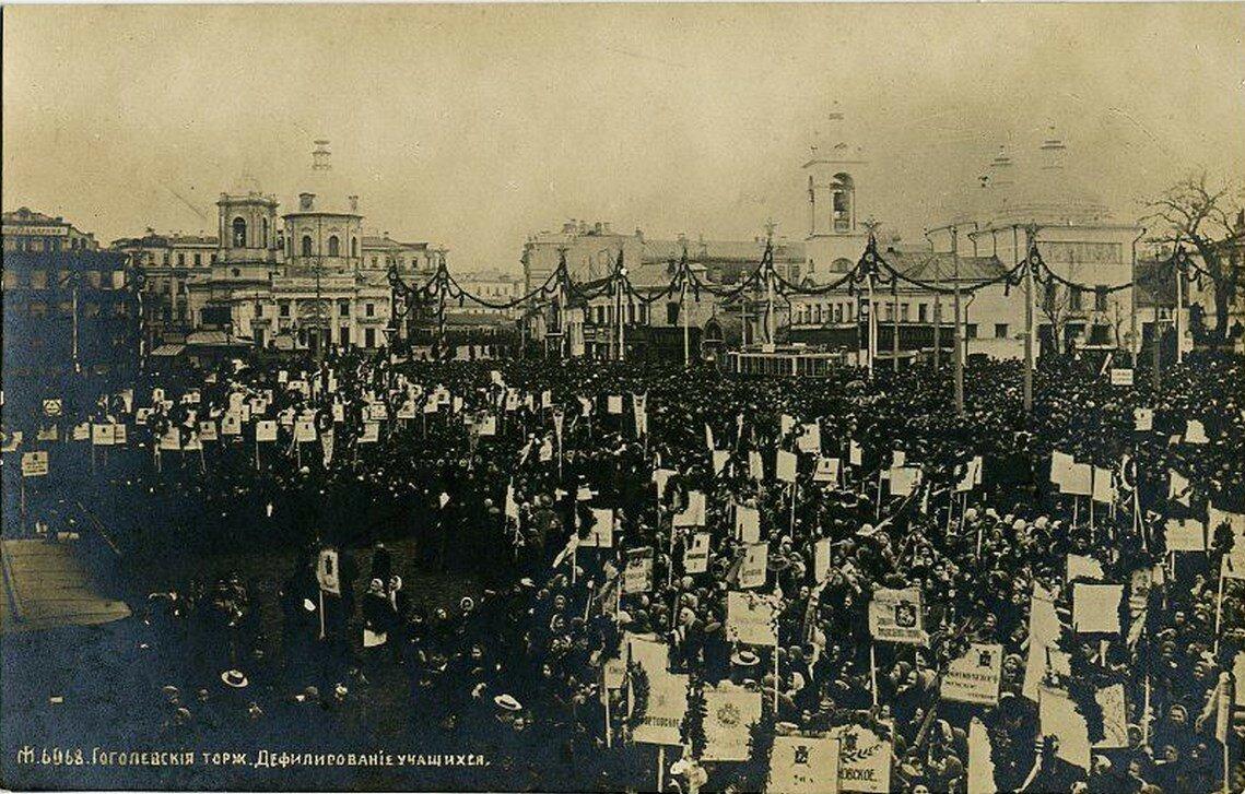 Арбатская площадь. Гоголевские торжества в Москве. Дефилирование учащихся