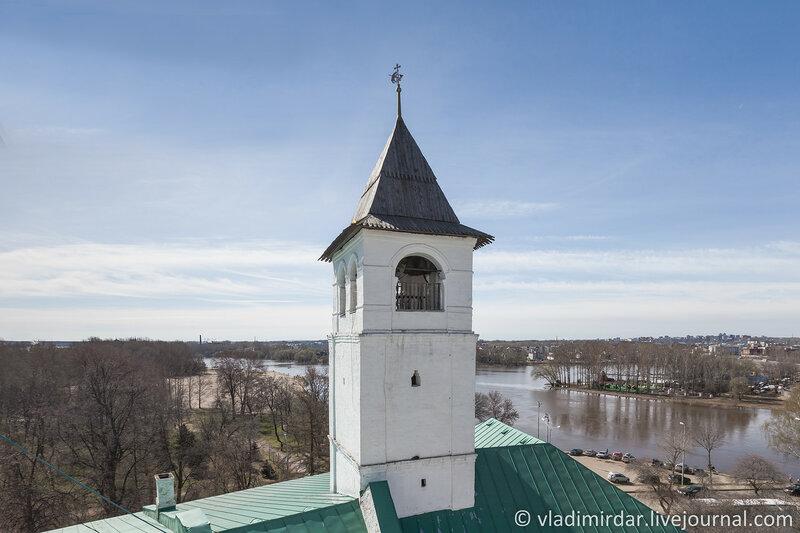 Первая каменная крепостная башня Спасского монастыря с дозорной вышкой. Спасо-Преображенский монастырь. Ярославль.