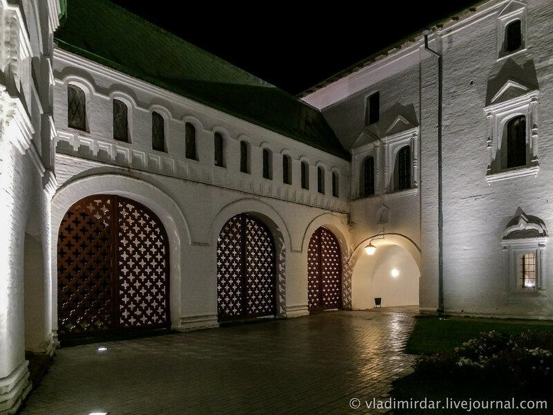 Галерея, соединяющая колокольню с Архирейскими палатами. Суздальский кремль.