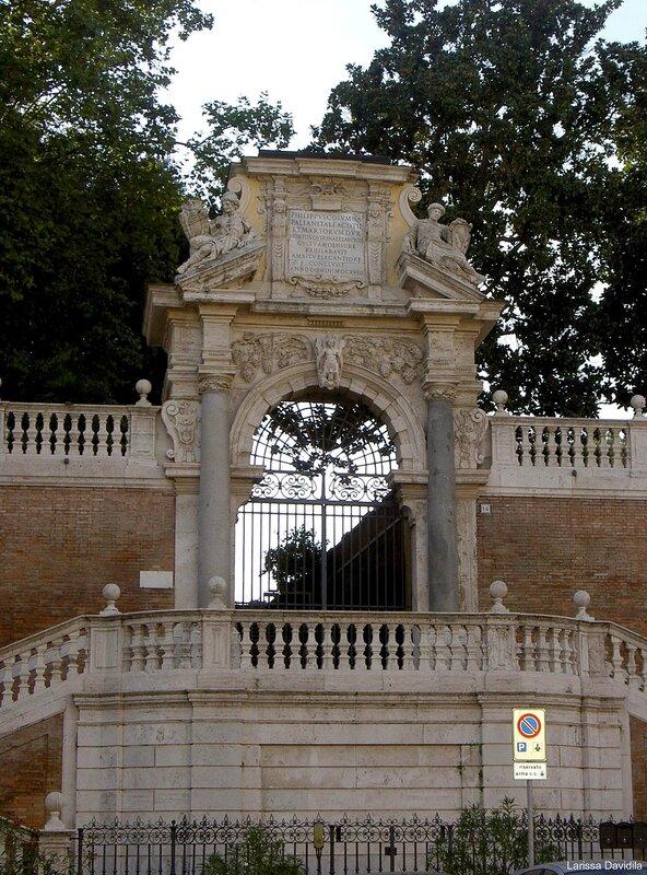 Старинная арка входа в парк на Квиринале.