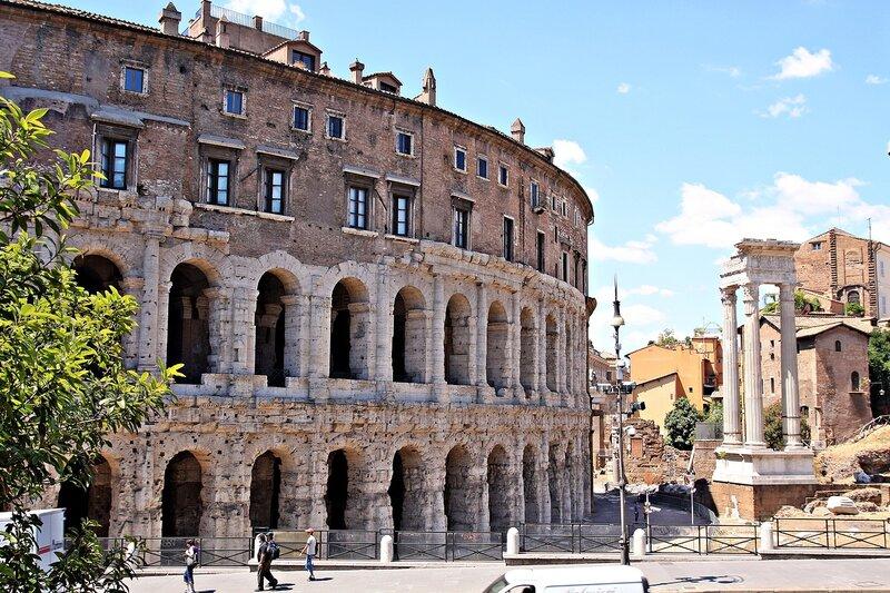 Театр Марцелла и колонны храма Аполлона