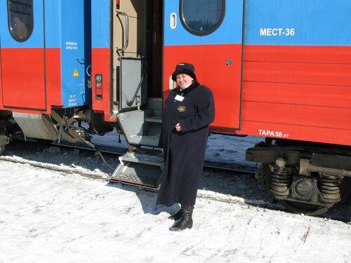 проводница у вагона поезда «РОССИЯ»