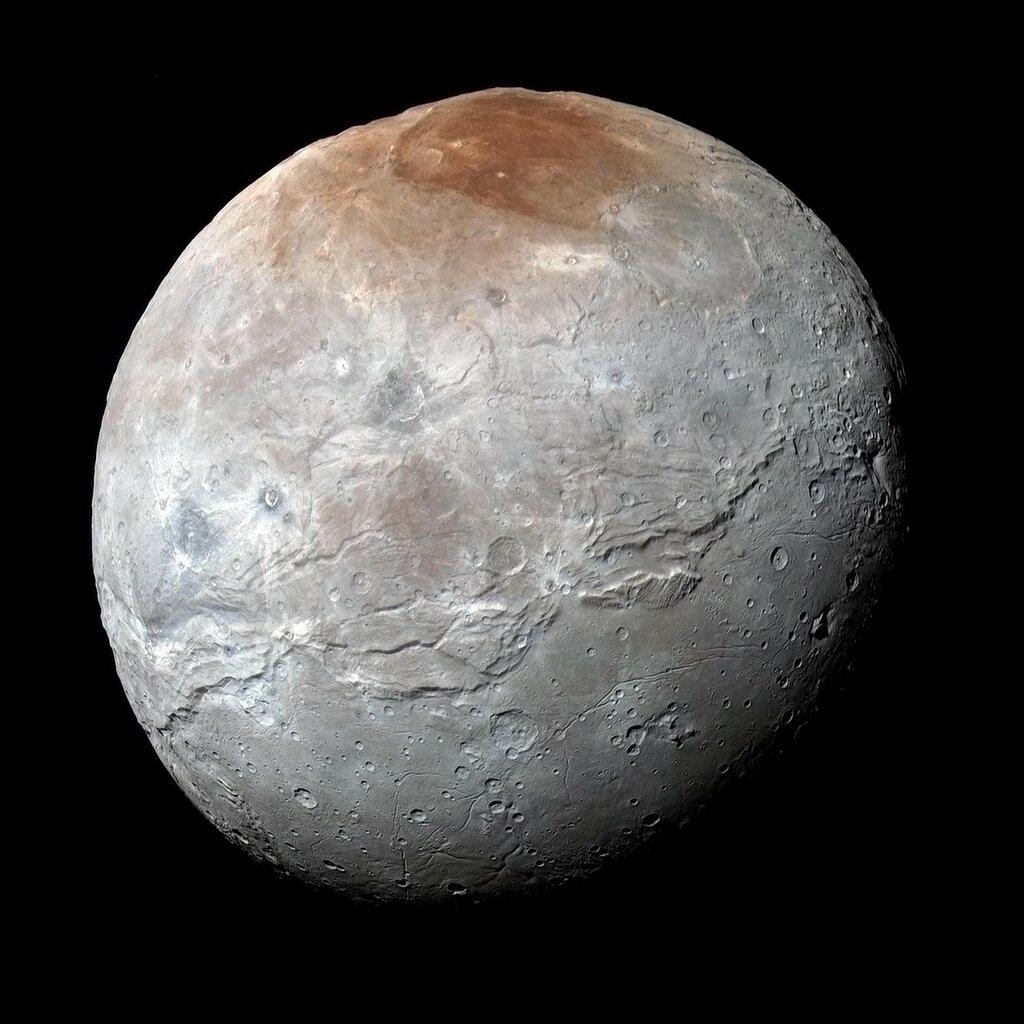 На карте Харона официально появились гора Кубрика и кратер Пиркса