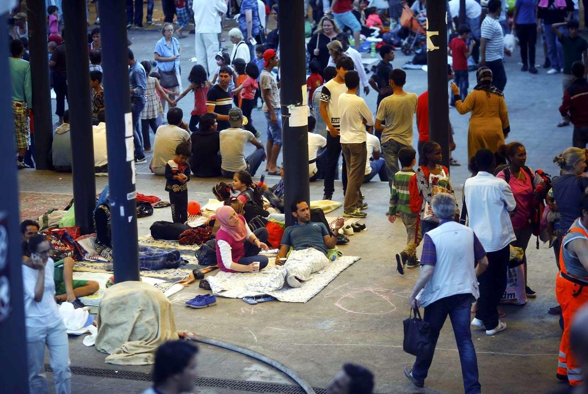 Штурм Будапешта: Мигранты с Ближнего Востока на ж/д вокзал венгерской столицы (7)
