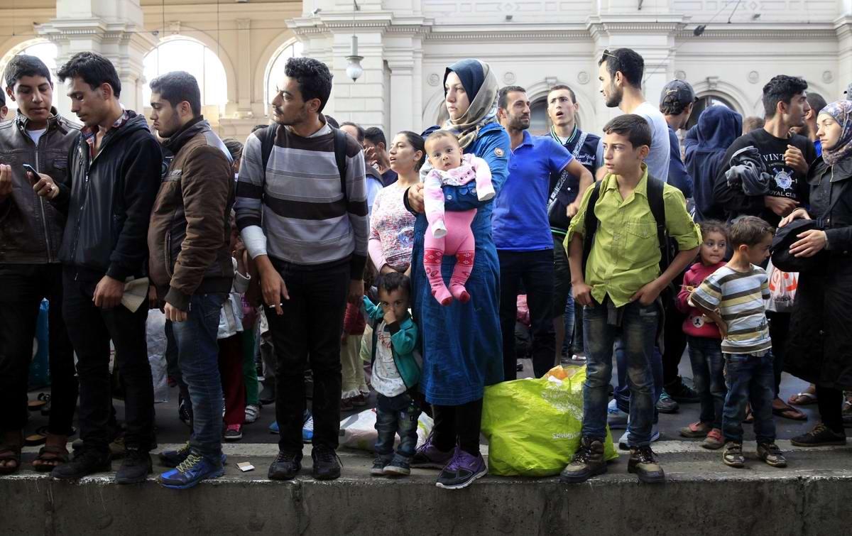 Штурм Будапешта: Мигранты с Ближнего Востока на ж/д вокзал венгерской столицы (14)