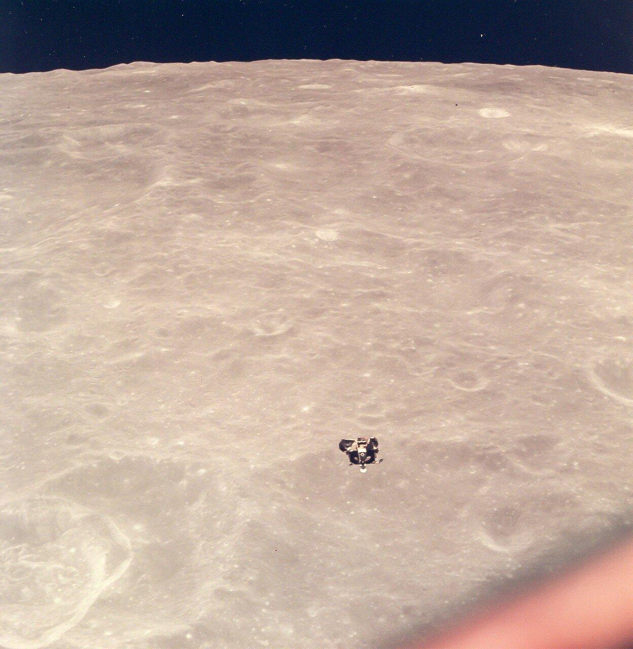 Через 7 минут после старта с Луны «Орёл» вышел на промежуточную орбиту с периселением 17 км и апоселением 87 км