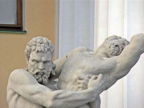 У Горного института: Геракл, удушающий Антея